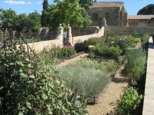 Le jardin m di val saint jean des anneaux accessible depuis le boulevard bir hakeim est situ - Decor discount st jean de vedas ...