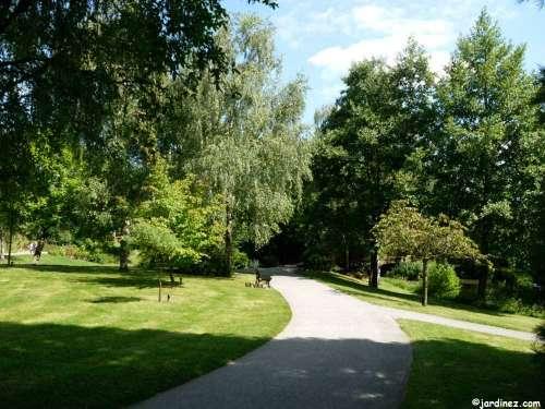 ce parc de 8 5 hectares est un crin de verdure proximit du centre ville il comprend 150. Black Bedroom Furniture Sets. Home Design Ideas